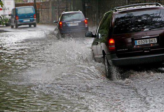 ¿Qué hacer si te sorprende una riada mientras conduces?